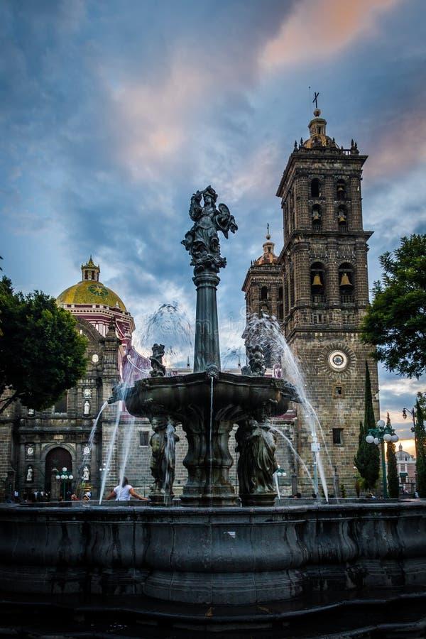 喷泉和普埃布拉大教堂-普埃布拉,墨西哥 库存图片