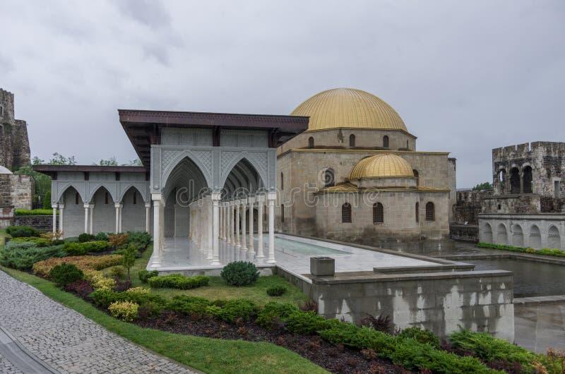 喷泉和清真寺在中世纪Rabati城堡里面在Akhaltsi 免版税图库摄影