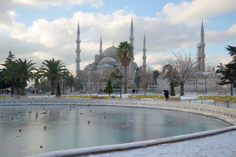 冻喷泉和蓝色清真寺每冷淡的1月天 伊斯坦布尔,土耳其 免版税库存照片