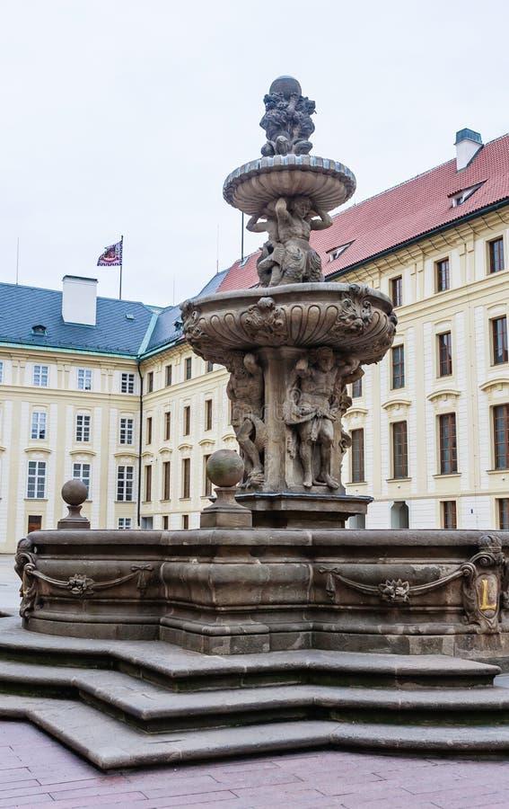 喷泉和财宝的看法在第二个庭院在Pra 免版税库存图片
