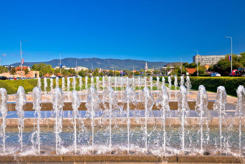 喷泉和都市风景在萨格勒布首都 免版税库存照片