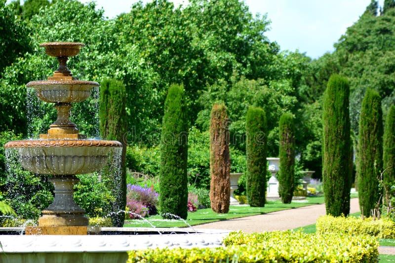 喷泉在公园 免版税库存图片