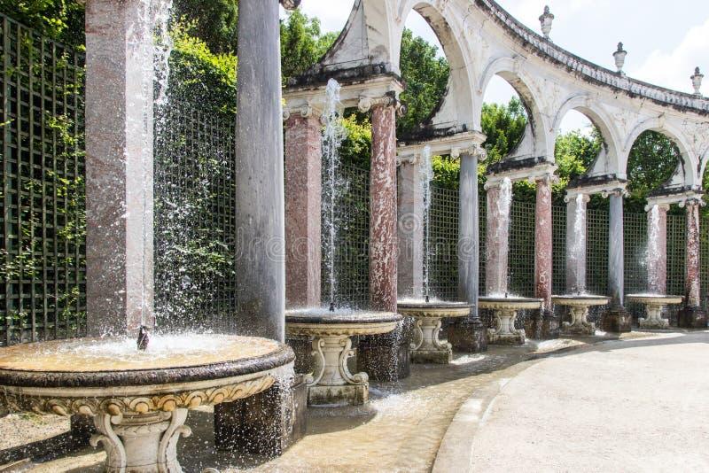 喷泉在凡尔赛庭院里 图库摄影