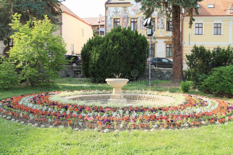 喷泉在圆的庭院里图片