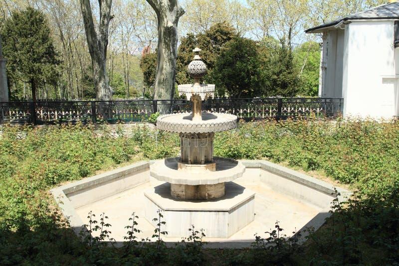 喷泉在庭院里在Topkapi宫殿在伊斯坦布尔 免版税库存图片