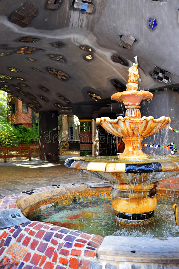喷泉在庭院Hundertwasser房子里在维也纳,奥地利 免版税库存图片