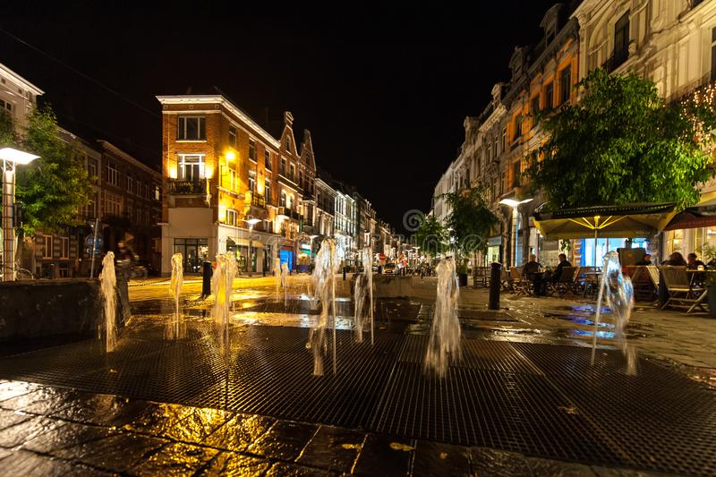 喷泉在晚上在老城市 免版税库存照片