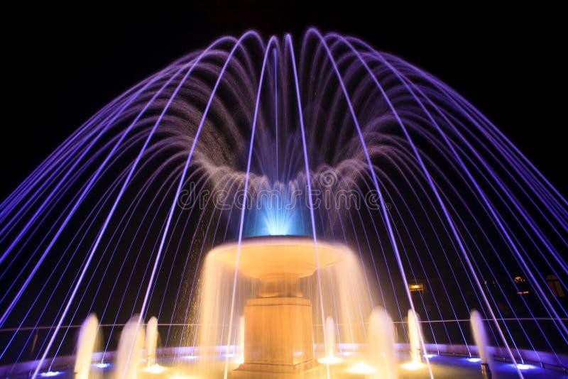 喷泉在晚上 免版税库存照片