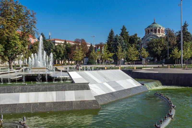 喷泉在普列文和圣乔治的中心征服者教堂陵墓,保加利亚 免版税库存照片