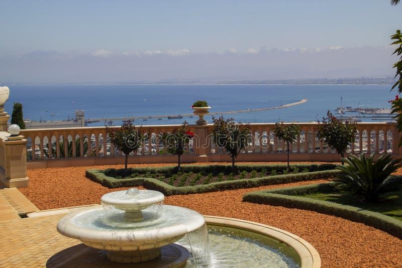喷泉在海法Bahai庭院里在以色列 免版税库存照片