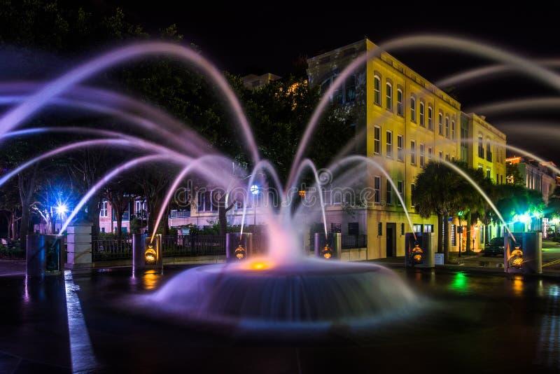 喷泉在海滨公园的晚上在查尔斯顿,南加州 免版税库存图片