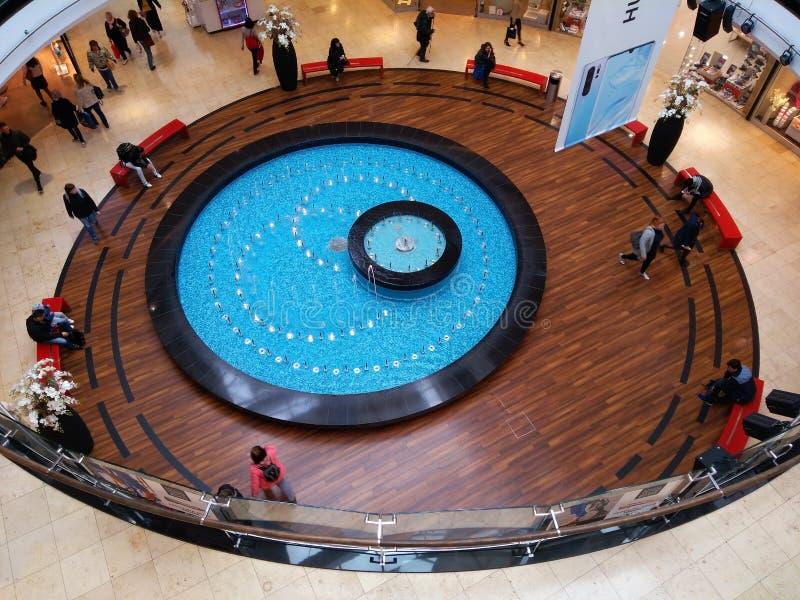喷泉在阿尔卡季Pankrac购物中心在布拉格 库存图片