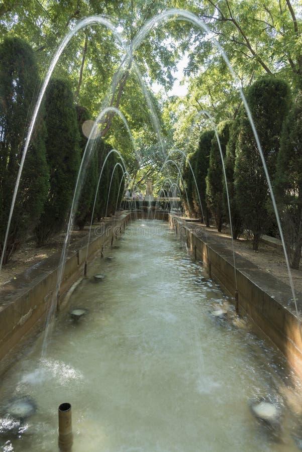 喷泉在La阿尔穆代纳王宫从事园艺 库存图片