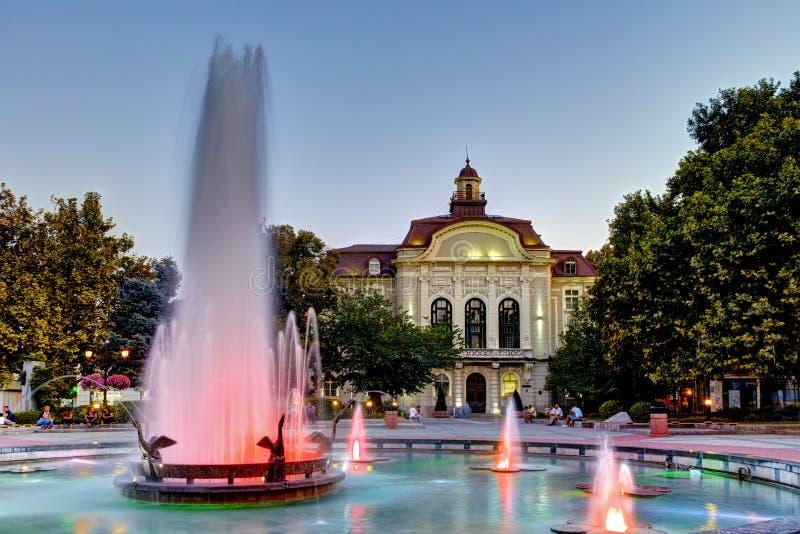 喷泉夜照片在市政厅前面的在普罗夫迪夫的中心 免版税库存照片