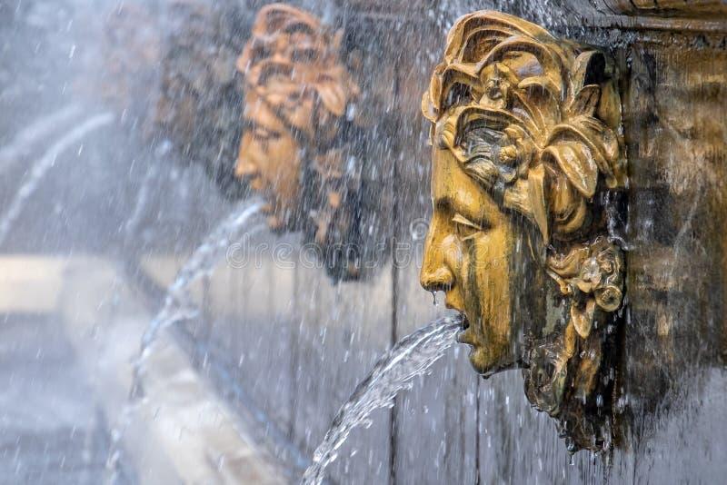 喷泉头在Peterhof,Sankt Peteresburg面貌古怪的人 免版税库存照片