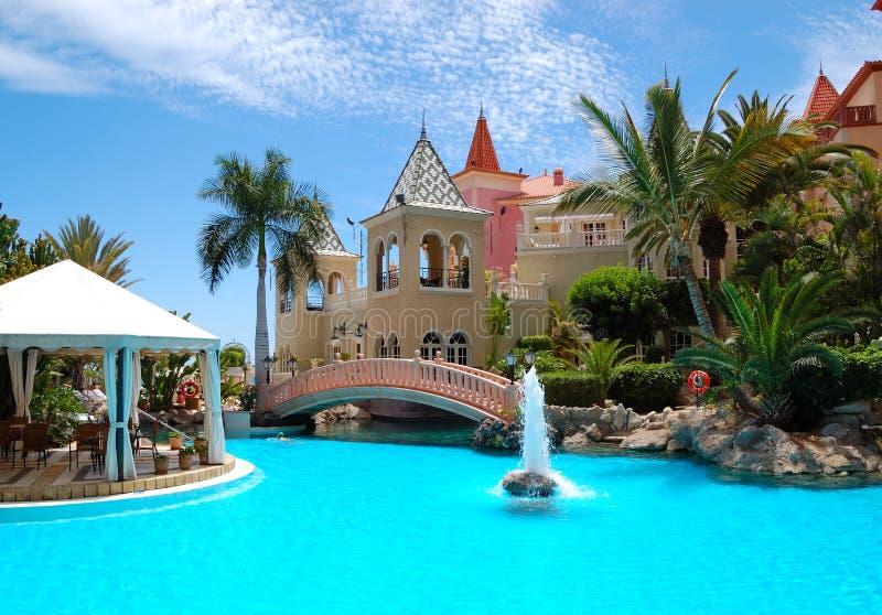 喷泉旅馆豪华池游泳 免版税库存照片