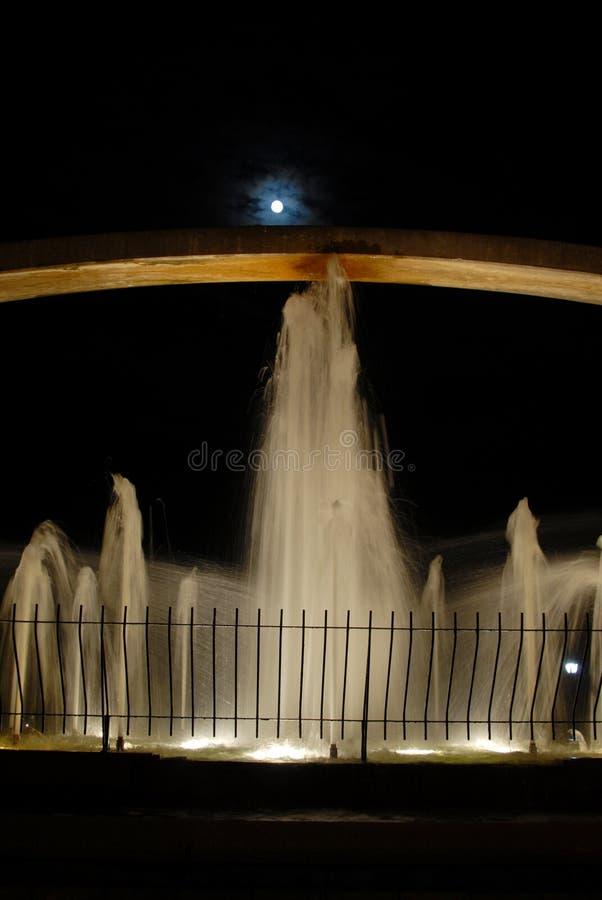 喷泉晚上 免版税库存图片