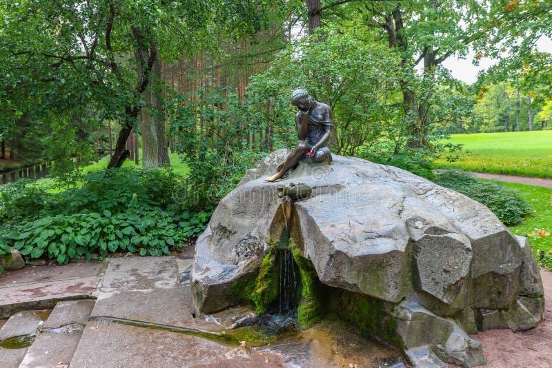 喷泉有水罐的`女孩 库存照片
