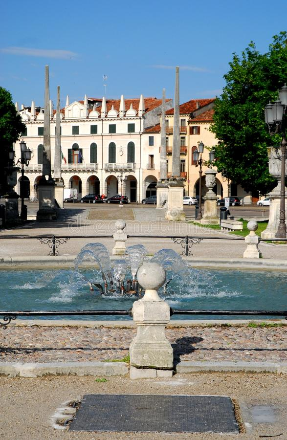 喷泉桥梁和白色颜色历史建筑在普拉托della瓦尔的在帕多瓦在威尼托(意大利) 免版税库存图片