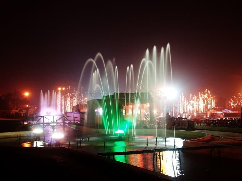 喷泉点燃晚上 免版税库存照片