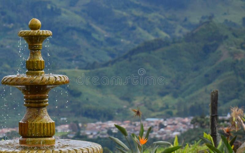 喷泉特写镜头宽在庭院里 免版税库存照片