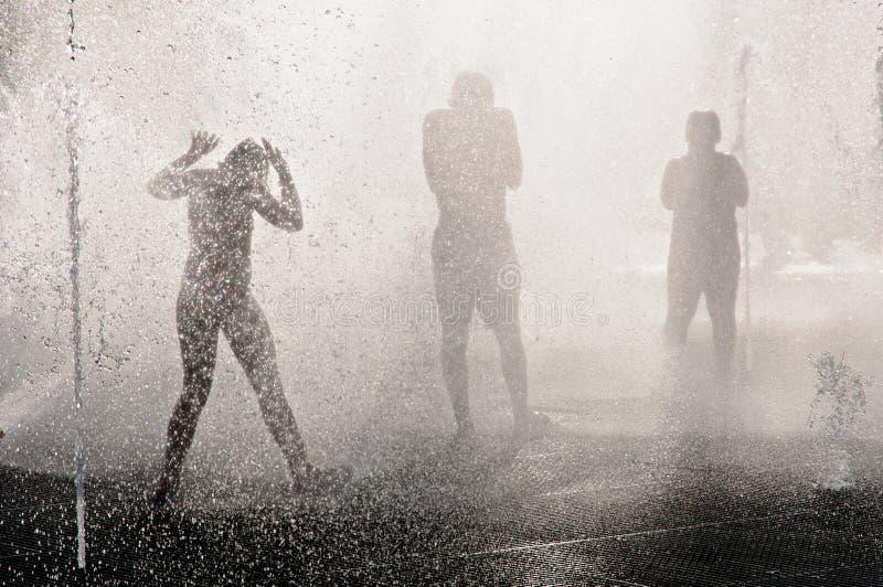 喷泉的少年热的夏日 免版税库存照片