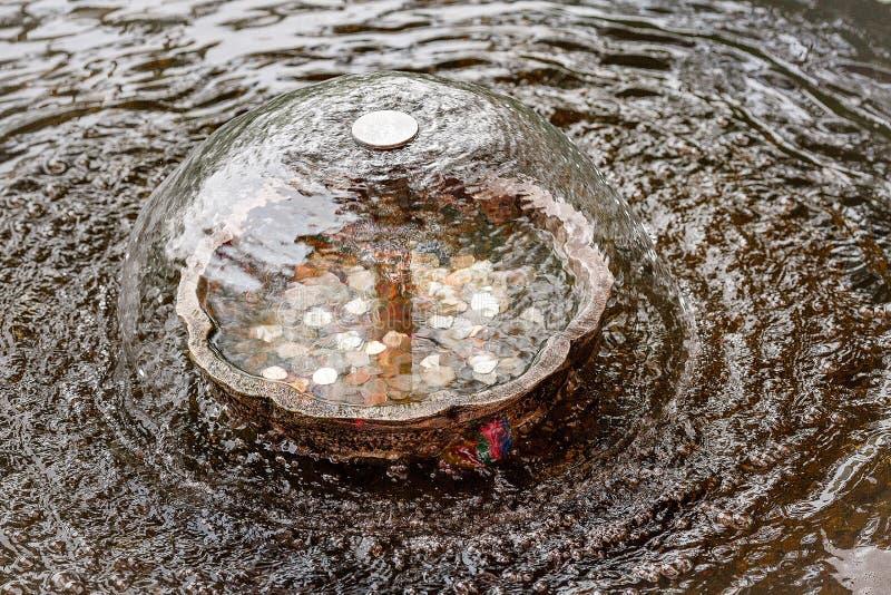 喷泉的礼节召唤的中国铜水池 财富和丰盈的概念 免版税库存照片