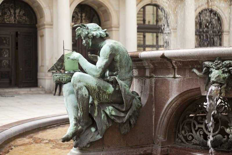 喷泉的详细资料在汉堡市政厅里  免版税库存图片