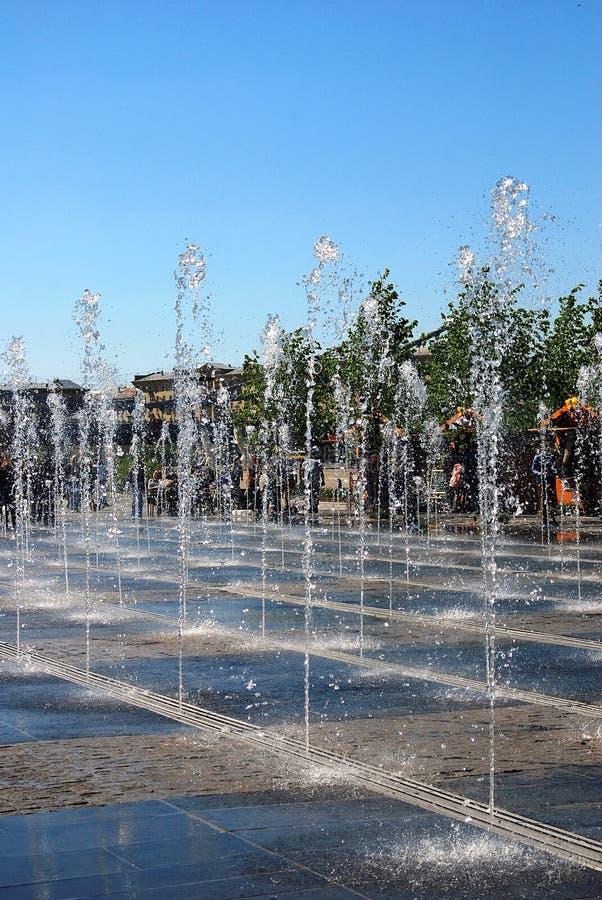 喷泉看法  背景蓝天 库存照片