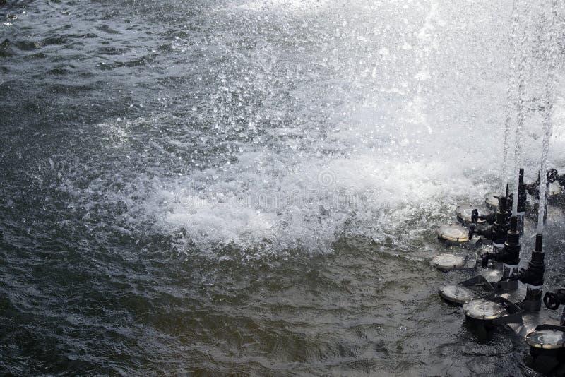 喷泉跌倒的水注向上涌出和 免版税库存照片