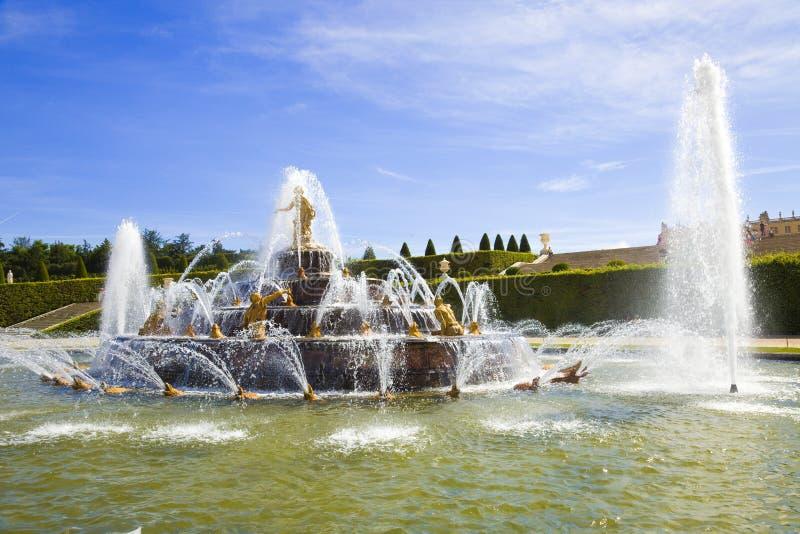 喷泉latona喷洒的水 库存图片