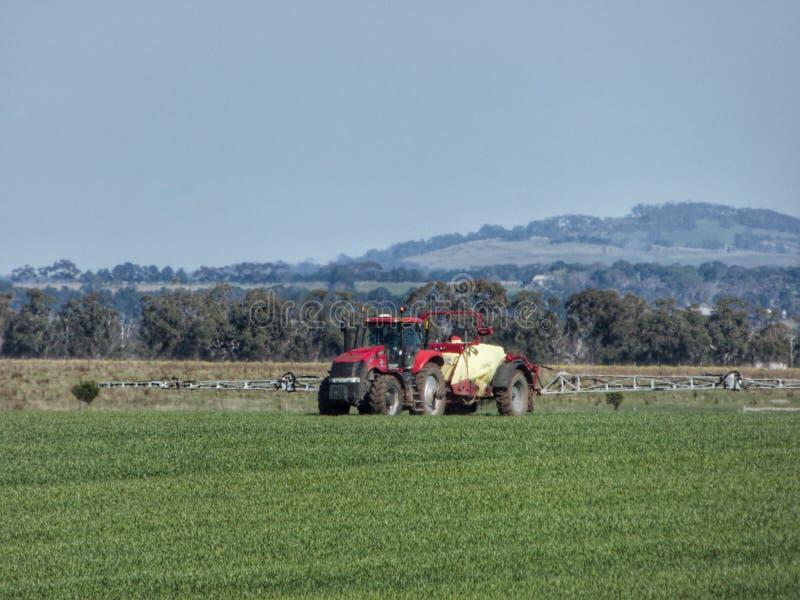 喷洒在Riddells Creek维多利亚澳大利亚附近的农夫庄稼 免版税库存图片
