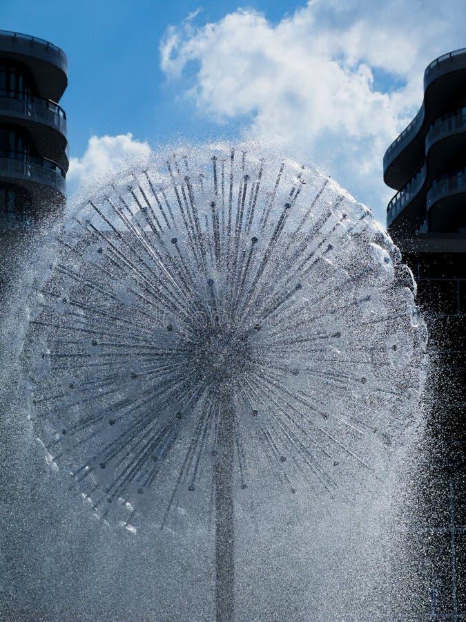 喷洒的球形形状的喷泉在天空蔚蓝下的夏天 库存照片