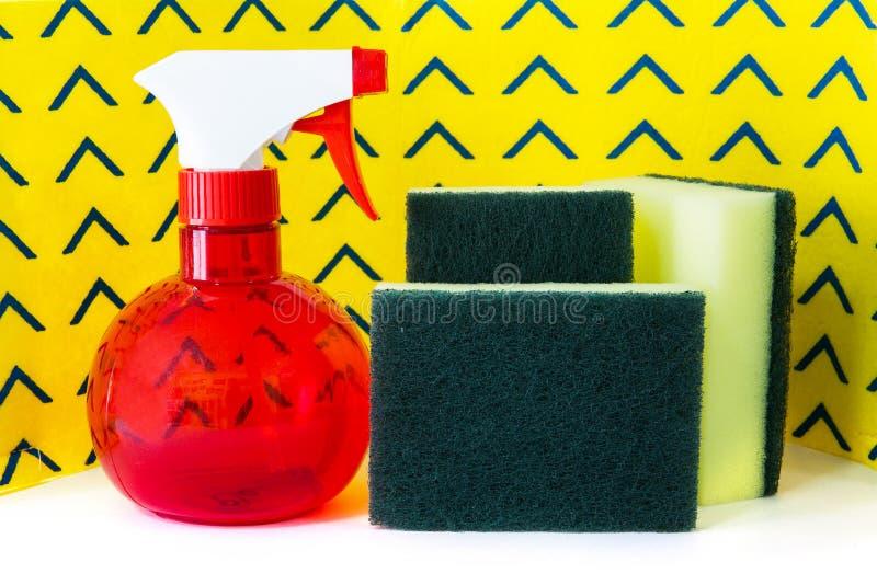 喷洒瓶洗气器海绵和黄色清洁餐巾 库存图片