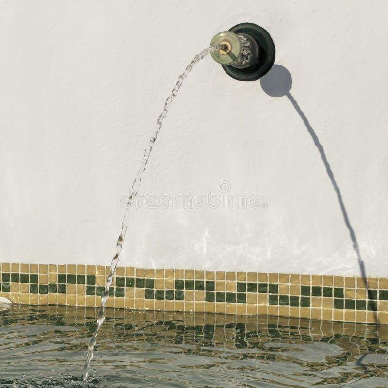 喷水落入游泳池 图库摄影
