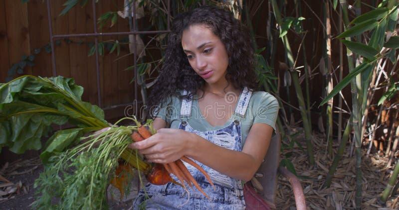 嗅到和看菜的年轻西班牙妇女 库存图片