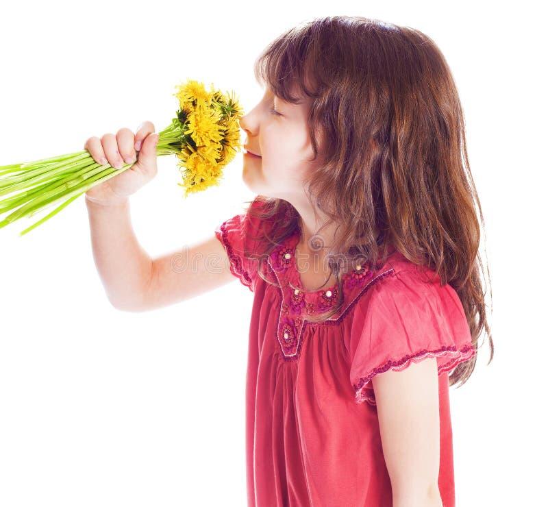 嗅到花的小女孩 图库摄影