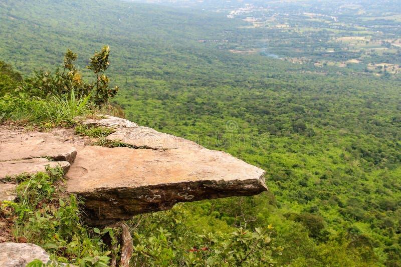 嗡嗡声在Chaiyaphum省,泰国的煤斗峭壁 免版税库存图片
