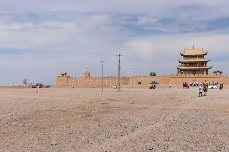 嘉峪关堡垒的中国游客,在甘肃 免版税库存照片