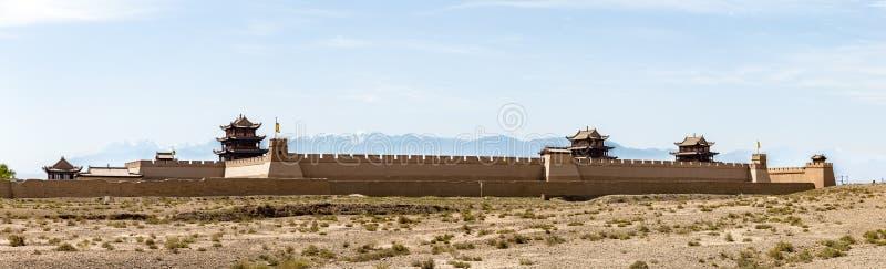 嘉峪关堡垒看法与雪的加盖了在backgrond,甘肃,中国的山 库存照片