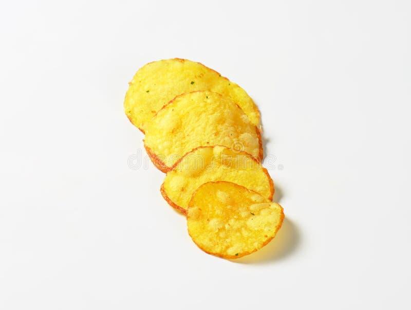 嘎吱咬嚼的土豆片 免版税库存照片