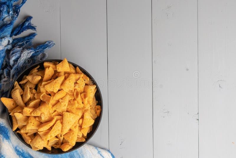 嘎吱咬嚼的玉米锥体快餐 免版税库存图片