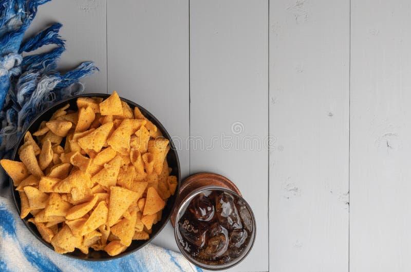 嘎吱咬嚼的玉米锥体快餐 免版税库存照片