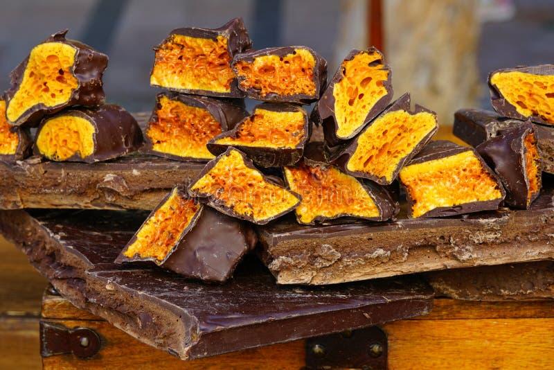 嘎吱咬嚼的蜂窝糖果巧克力 免版税库存照片