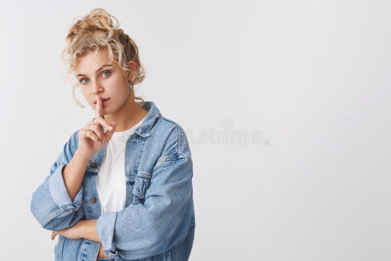 嘘保留秘密保险柜 画象肉欲的神奇可爱的年轻嫩白肤金发的妇女卷曲小圆面包发型陈列嘘 库存照片