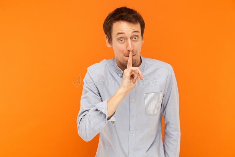 嘘,它` s秘密!握手指的商人在嘴和神色附近 免版税库存图片