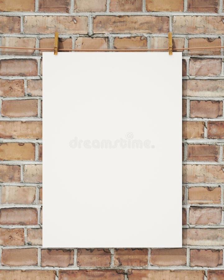 嘲笑与晒衣夹的空白的白色垂悬的海报并且系住在砖墙,背景上 免版税库存图片