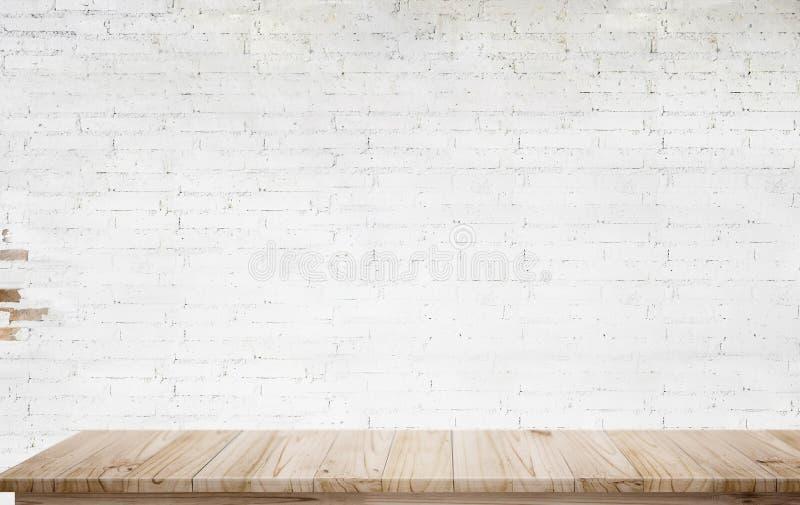 嘲笑与白色砖墙的木桌 图库摄影
