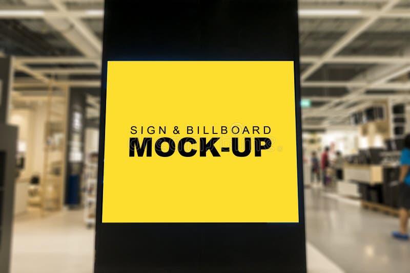 嘲笑在商城的空白的广告广告牌 免版税图库摄影