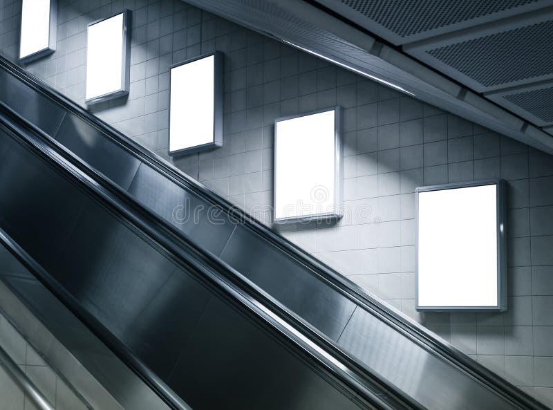 嘲笑在地铁站的垂直的海报与自动扶梯 免版税库存图片